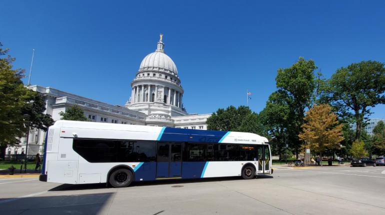 Metro bus in front of State Capitol
